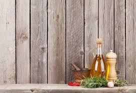 cuisine bois rustique les ustensiles de cuisine herbes et épices sur étagère contre le