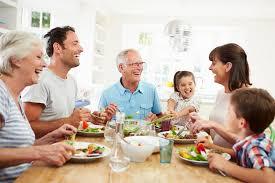cuisine famille famille multi de génération mangeant le repas autour de la table