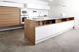 laminat in der küche inselküche furnier ulme hochglanz und laminat in weiß