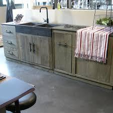 cuisine bois et fer meuble cuisine en bois brut facade caisson cagne chic massif ikea