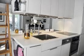 credence cuisine miroir cuisine blanche moderne avec miroir en guise de crédence