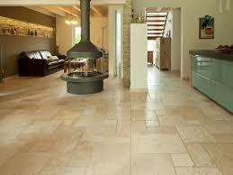 carrelage salon cuisine le salon et la salle manger ainsi que la cuisine avec un sol en