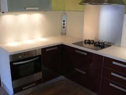 credence stratifié cuisine cuisine moderne plan travail stratifié et prises électriques en