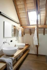 badezimmern ideen badezimmer mit einem hölzernen dach und regale aus holz 77