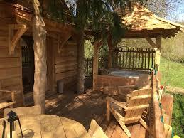 jacuzzi bois exterieur pour terrasse cabane spa de l u0027ile cabane dans les arbres proche paris
