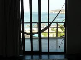 h ngematte auf balkon ausblick aus dem zimmer mit einer hängematte auf dem balkon bild