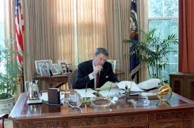 reagan oval office president ronald reagan working in the white house oval office