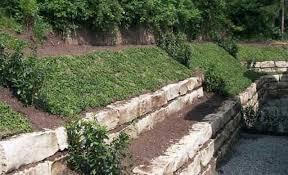 hanggarten mit steinen und rindenmulch hanggarten mit steinen und