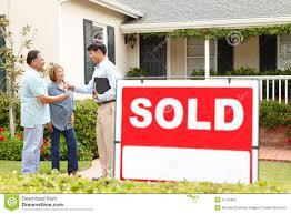 Neues Einfamilienhaus Kaufen ältere Hispanische Paare Die Neues Haus Kaufen Stockfoto Bild