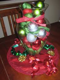 ideas for christmas centerpieces by green red balls on the glass