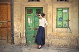 Baju Atasan Rok Levis memadukan busana rok panjang ini 9 pilihan atasan untuk rok panjang