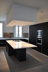 hotte de cuisine centrale cuisine design blanche et bois hotte de plafond newsindo co