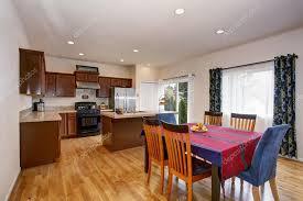 cucina e sala da pranzo luminosa cucina e sala da pranzo interno con tende colorate e