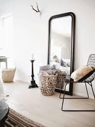 miroir de chambre sur pied le grand miroir posé à même le sol le parfait dé déco
