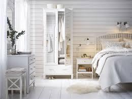 dormitorio rústico grande con un armario con puertas de espejo