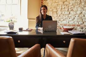 bureau d enregistrement la femme au bureau d enregistrement d un hôtel regarde à l