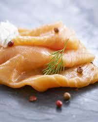 cuisiner le saumon fumé saumon fumé farci pour 4 personnes recettes à table