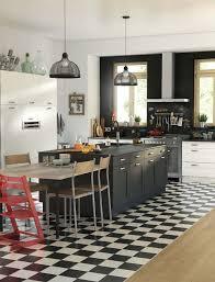 cuisine ilot central design 12 avec noir carrelage en damier et