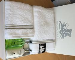 serviette de bain bio coffret cadeau avec serviettes milano 700 g m2 king of cotton