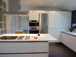 mortier de cuisine en marbre comptoir en marbre blanc lisse tabouret de bar métallique simple