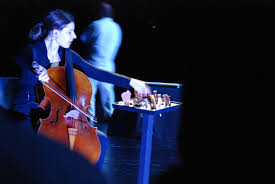 Sabine Frick mit einer Palette von Flöten und Pfeifen - image