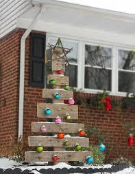 weihnachtsdeko für draussen weihnachtsbaum paletten