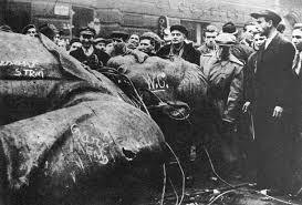 Sport   Elfman AH        Hungarian students toppled Stalin statue