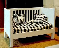 lit transformé en canapé lit bébé en bois évolutif transformable en banquette couleurs bois