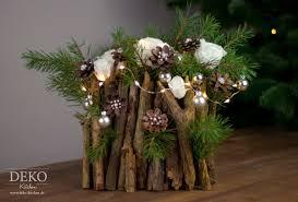 weihnachtsdeko basteln ausgefallenes adventsgesteck mit zweigen