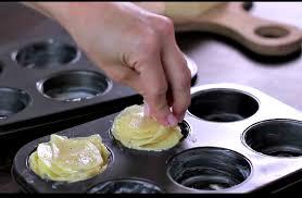 cuisiner moule met des pommes de terre dans un moule à muffins sa recette est