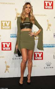 jennyfer siege social logies 2016 carpet sees hawkins flaunt toned and
