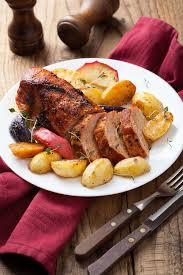 cuisiner rouelle de porc recette rouelle de porc braisée aux oignons ou caqhuse