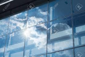 le de bureau bleu rayon de soleil et réflexion du ciel bleu sur le bâtiment de bureau