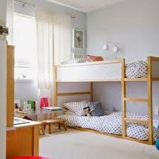 kinderzimmer einrichten etagenbet aus holz und bettwäsche weiß mit schwarzen punkten für