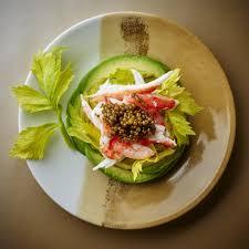 caviar recettes cuisine recette king crabe avocat et caviar cuisine madame figaro