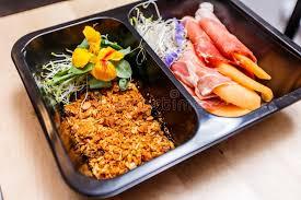 livraison cuisine nourriture saine et concept de régime la livraison de plat de