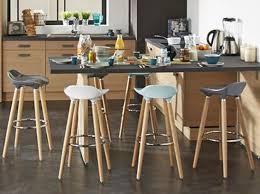 plan de table cuisine cuisine bois noir tabouret haut plan de travail noir scandinave