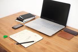 ordinateur portable de bureau lieu de travail de bureau avec l ordinateur portable le téléphone