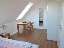 schreibtisch im schlafzimmer schlafzimmer mit großem schrank und sitzgelegenheit plus