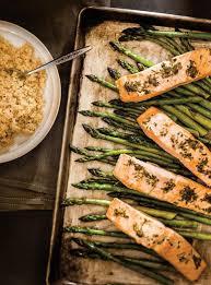 cuisiner saumon congelé saumon aux herbes et asperges à la plaque ricardo