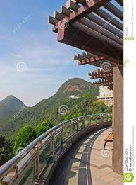 pergola balkon mening heuvels balkon met pergola stock foto afbeelding
