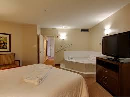 chambre avec bain a remous hôtels à l aéroport international de calgary hôtel garden