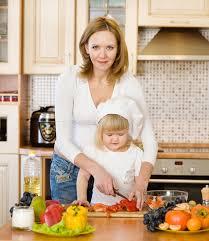 mere et fille cuisine mère et fille mangeant de la salade de légumes dans la cuisine photo