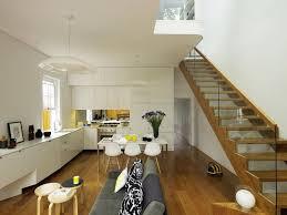 escalier entre cuisine et salon cuisine ouverte sur salon en 55 idées open space superbes
