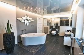 große badezimmer homeplaza moderne decken verbessern die akustik in den