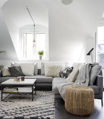 canapé gris clair tapis gris salon qui rend l atmosphère élégante et moderne