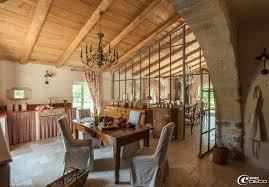 cuisiner une vieille cuisine avec une grande verrière dans une ancienne bergerie
