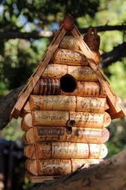 fabrication mangeoire oiseaux les 25 meilleures idées de la catégorie nichoir en liège de vin