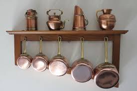 batterie de cuisine en cuivre a vendre 5 casseroles en cuivre avec étagère en bois et 4 miniatures en