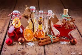 selbstgemachte weihnachtsgeschenke aus der küche geschenke aus der küche selbstgemachte liköre stockfotos und